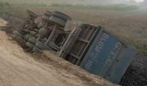 टीकापुरमा कोइला बोकेको ट्रक दुर्घटना, चालक घाइते