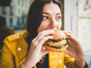 बर्गर खाने बानी छ ? होशियार, लाग्न सक्छ क्यान्सर